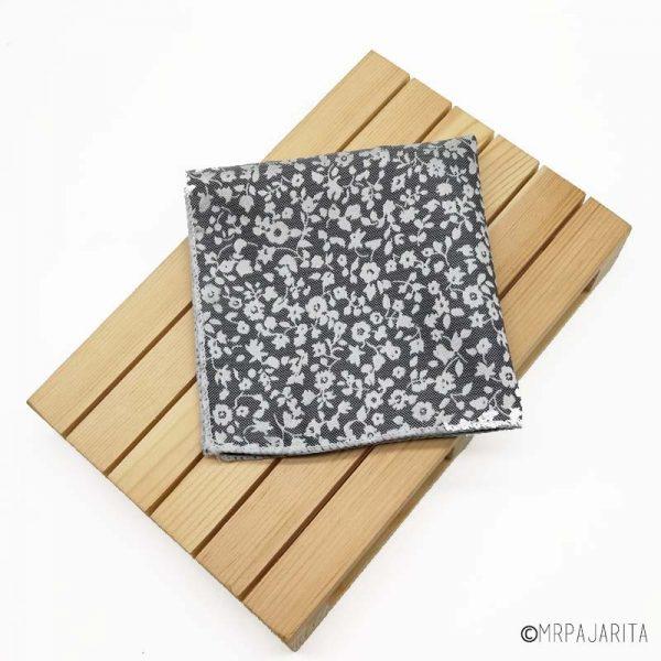 Pañuelo gris con flores