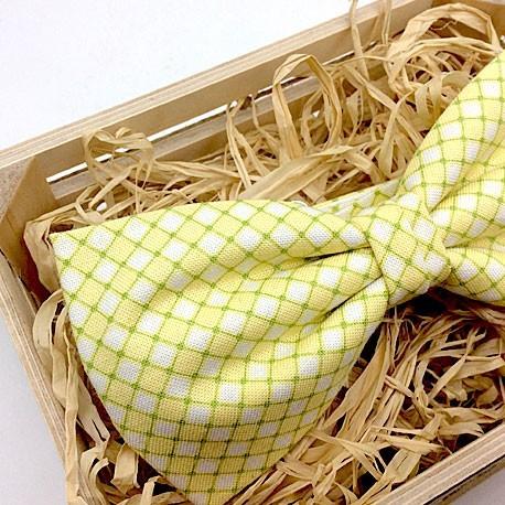 Pajarita amarilla con cuadritos verdes
