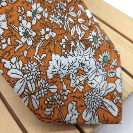 Corbata naranja con flores